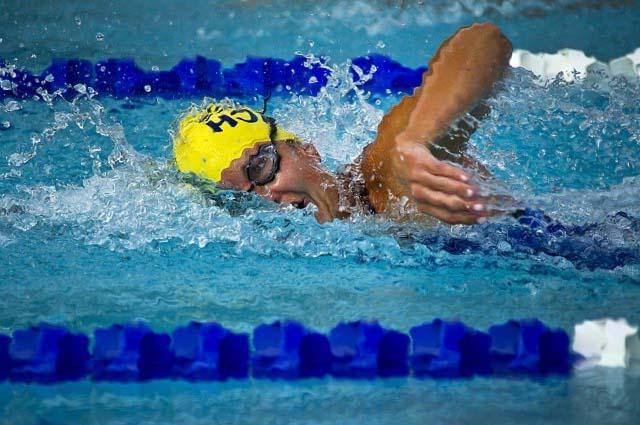 une nageuse professionnelle avec des lunettes qui nage le crawl